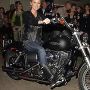 NLD/Lexmond/20051112 - Bridget maasland krijgt haar motor, Harley Davidson bij de opening van Harleyworld in Lexmond