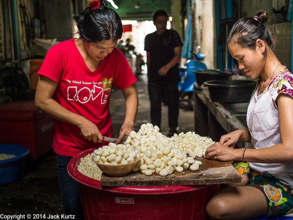 29 APRIL 2014 - BANGKOK, THAILAND: Women sort garlic in their street stall in the Thonburi section of Bangkok.      PHOTO BY JACK KURTZ