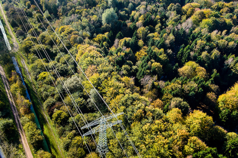 Nederland, Flevoland, Hulkesteinse Bos, 28-10-2014; hoogspanningslijn door bos in herfstkleuren.<br /> Power line through forest in autumn colors.<br /> luchtfoto (toeslag op standard tarieven);<br /> aerial photo (additional fee required);<br /> copyright foto/photo Siebe Swart