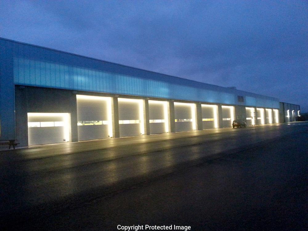 Avinor Kristiansund<br /> Avinor &oslash;nsket belysning litt utenom<br /> det vanlige p&aring; garasjebygget ved<br /> Kristiansund lufthavn Kvernberget.<br /> Lyskomponenter foreslo LED-strips<br /> for &aring; framheve portene, det ble<br /> en vellykket l&oslash;sning som ogs&aring; er<br /> brukt p&aring; Bergen lufthavn Flesland