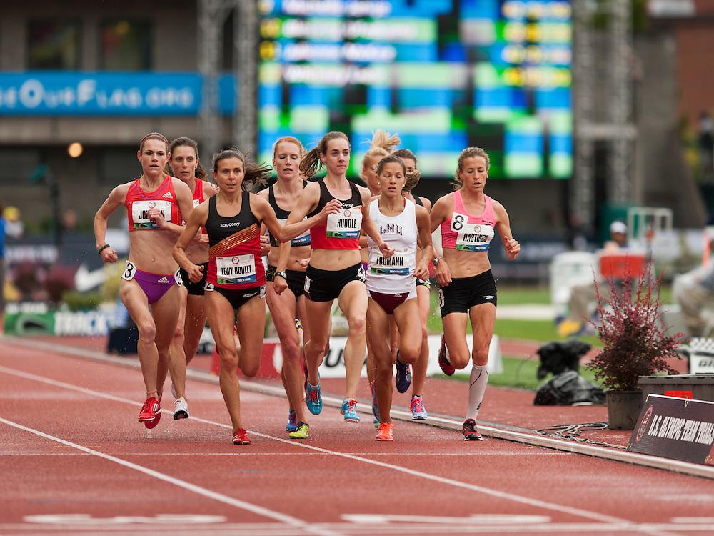 Women's 5000 meters: Huddle leads,
