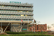 ABU DHABI, EMIRATS ARABES UNIS - 20 JANVIER 2016: Le siège de Siemens Middle East est un bâtiment haute performance. Le contrôle de l'impact du solell sur les vitres de la façade permet de maitenir la température tout en maximisant la lumière du jour dans les bureaux. La consommation de l'eau et de l'énergie y est rigoureusement optimisée.