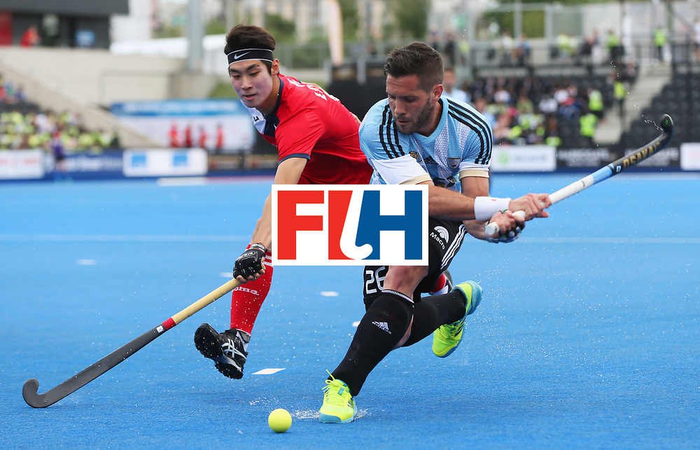 LONDON, ENGLAND - JUNE 15:  Agustin Mazzilli of Argentina and Mookyoung Lee of South Korea battle for the ball during the Pool A match between Korea and Argentina on day one of Hero Hockey World League Semi-Final at Lee Valley Hockey and Tennis Centre on June 15, 2017 in London, England.  (Photo by Alex Morton/Getty Images)