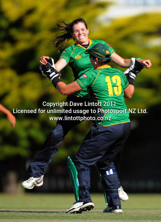 Hinds keeper Rachel Priest congratulates Eimear Richardson for dismissing Maria Fahey. Women's Twenty20 cricket - Central Hinds v Canterbury Magicians at Kena Kena Park, Paraparaumu Beach, Kapiti Coast, New Zealand on Friday, 14 January 2011. Photo: Dave Lintott / photosport.co.nz