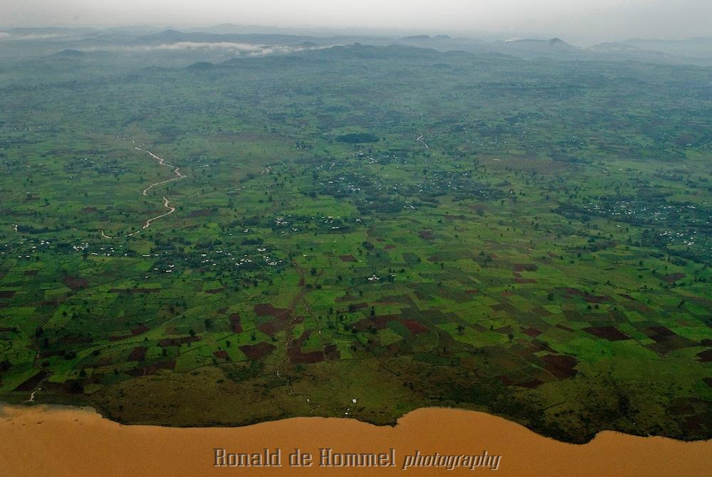 Près du point de sortie du Nile Bleu, le lac Tana devient orange à cause des tonnes de boue charriées pendant la saison des pluies.