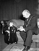 1954 - 29/11 Presentation to Lord Mayor by Lady Dwarf