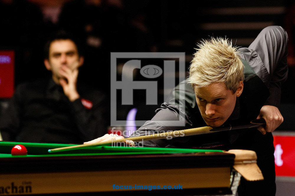 Ronnie O'Sullivan (l) and Neil Robertson (r) during the first semi final of The Dafabet World Snooker Masters at Alexandra Palace, London<br /> Picture by Mark Chappell/Focus Images Ltd +44 77927 63340<br /> 17/01/2015