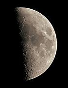 Der Mond hat einen Äquatordurchmesser von 3476 km. Dies ist ungefähr nur ein Viertel des Erddurchmessers. Auf Mondoberfläche gibt es ganz erhebliche Temperaturunterschiede zwischen der Tag- und der Nachtseite. Während auf der Tagseite bis zu etwa 130 °C gemessen werden, herrschen auf der Nachseite bis zu −160 °C ! Viele Menschen zweifeln seltsamerweise bis heute an, ob die amerikanischen Astronauten wirklich auf dem Mond gelandet sind. Es gibt viele Verschwörungstheorien und alle haben sie eines gemeinsam: Sie sind alle Quatsch! Tatsächlich war es eine unglaubliche Leistung. Für manche womöglich zu unglaublich, trotz vieler, nachvollziebarer Beweise. Aufnahmedaten: Luminanz: 11 x 1/125 s @ 100 ASA Aufnahmeoptik: Takahashi FS102 NSV f/8 Montierung: Losmandy G11 + Littlefoot Kamera: Canon EOS 20Da Autoguiding: kein Bildbearbeitung: ImagesPlus, PS