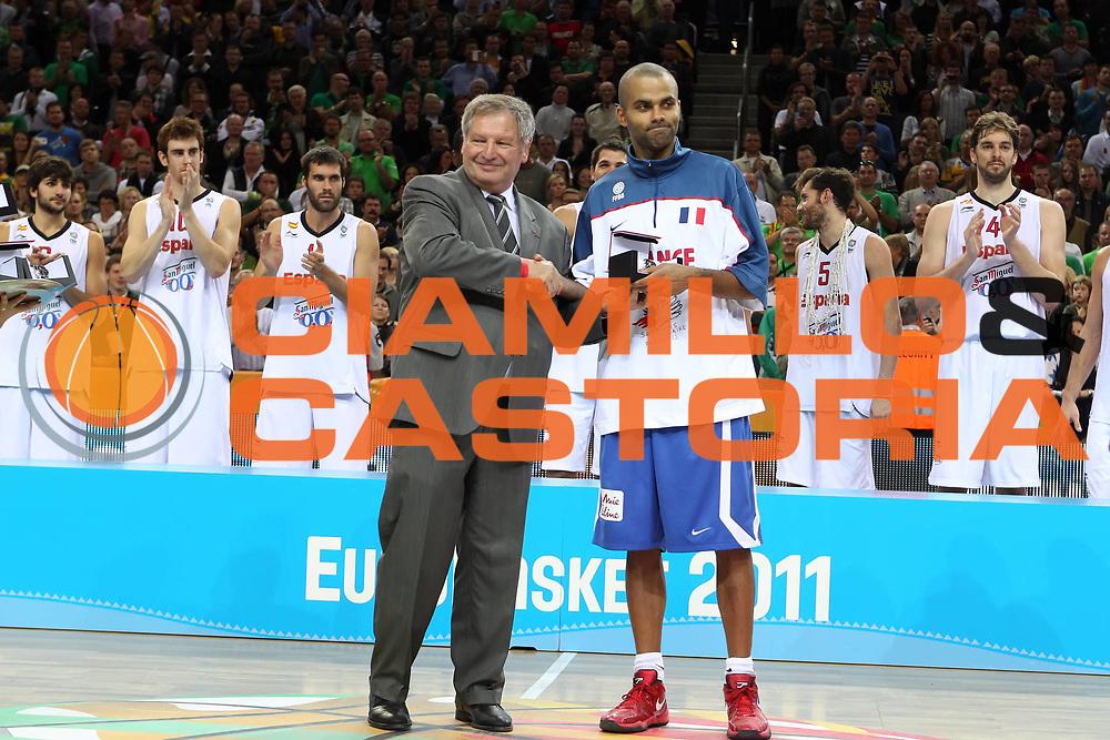 DESCRIZIONE : Kaunas Lithuania Lituania Eurobasket Men 2011 Finale Primo Secondo Posto Final Spagna Francia Spain France<br /> GIOCATORE : Tony Parker Yvan Mainini<br /> SQUADRA : Francia France<br /> EVENTO : Eurobasket Men 2011<br /> GARA : Spagna Francia Spain France<br /> DATA : 18/09/2011 <br /> CATEGORIA : premiazione award<br /> SPORT : Pallacanestro <br /> AUTORE : Agenzia Ciamillo-Castoria/ElioCastoria<br /> Galleria : Eurobasket Men 2011 <br /> Fotonotizia : Kaunas Lithuania Lituania Eurobasket Men 2011 Finale Primo Secondo Posto Final Spagna Francia Spain France<br /> Predefinita :