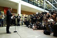 05 OCT 2004, BERLIN/GERMANY:<br /> Wolfgang Clement, SPD, Bundeswirtschaftsminister, gibt ein Pressestatement zu den aktuellen Arbeitslosenzahlen, Willy-Brandt-Haus<br /> IMAGE: 20041005-01-026<br /> KEYWORDS: kamera, Camera, Journalist, Journalisten, Pressekonferenz