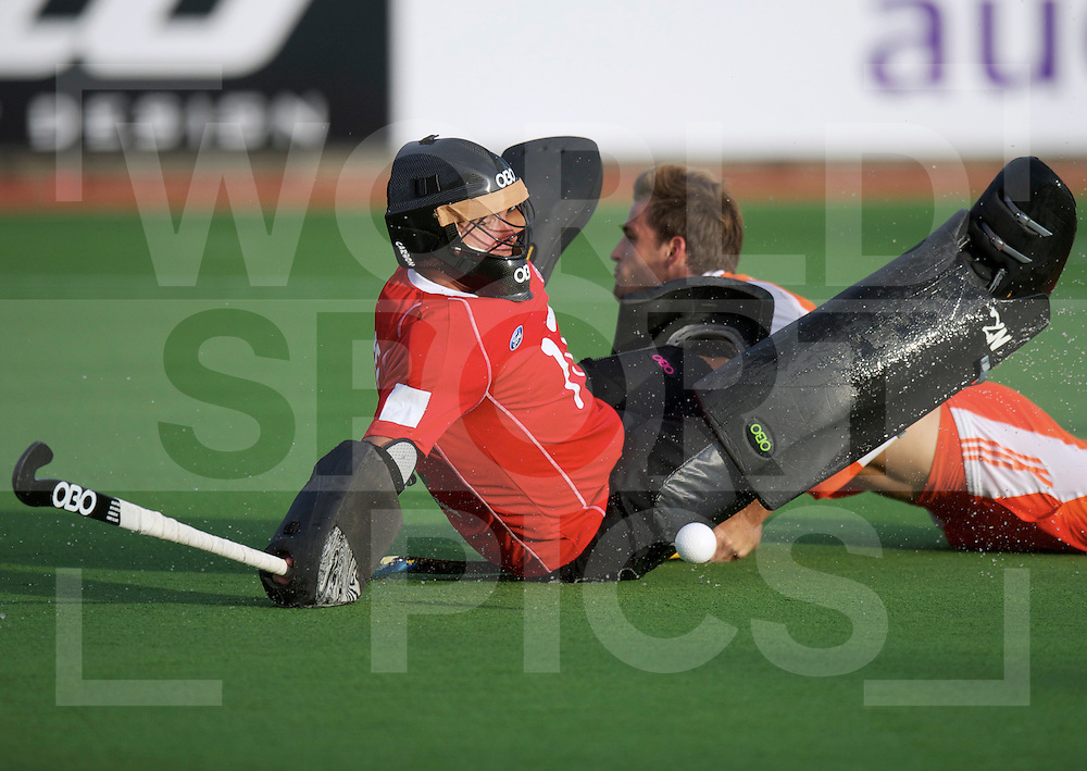 AUCKLAND - Champions Trophy men.Netherlands v New Zealand.foto:  goalkeeper Kyle Pontifex, stoppes Jeroen Hertzberger..FFU Press Agency  COPYRIGHT FRANK UIJLENBROEK..