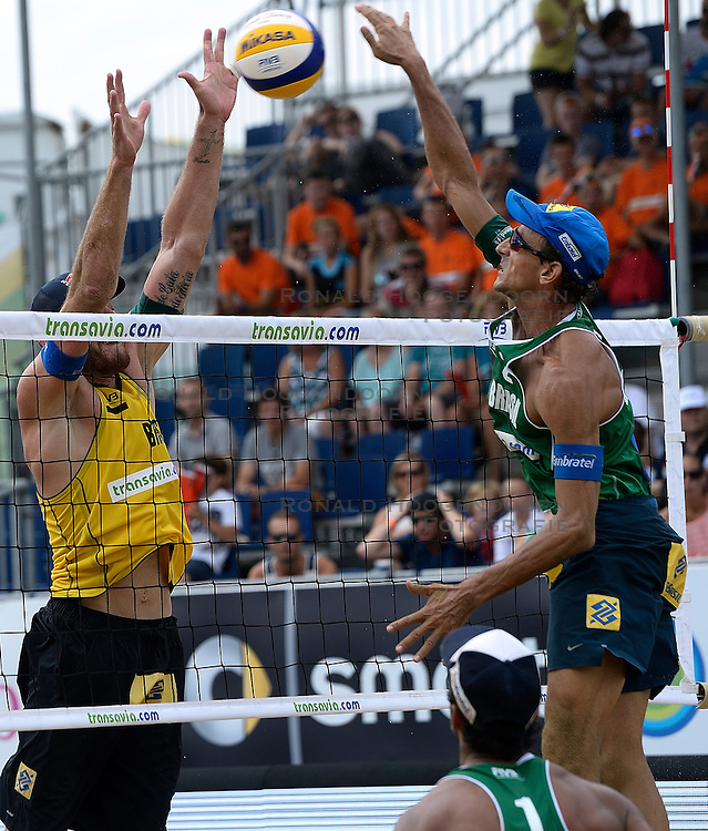 20-07-2014 NED: FIVB Grand Slam Beach Volleybal, Scheveningen<br /> Emanuel Rego (2) BRA, Alison Cerutti (1) BRA
