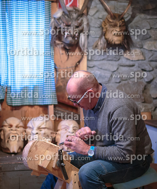 THEMENBILD - ein Mann schnitzt eine Krampusmaske aus Zirbenholz, aufgenommen am 03. Dezember 2017, Kaprun, Österreich // a man carves a Krampus mask of pine wood on 2017/12/03, Kaprun, Austria. EXPA Pictures © 2017, PhotoCredit: EXPA/ Stefanie Oberhauser
