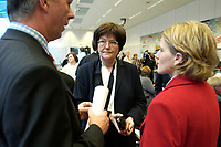 18 DEC 2003, BERLIN/GERMANY:<br /> Sigrid Skarpelis-Sperk, MdB, SPD, Mitglied des Parteivorstandes, im Gespraech mit Journalisten,  vor Beginn der SPD Fraktionsitzung, Deutscher Bundestag<br /> IMAGE: 20031218-01-029<br /> KEYWORDS: Sitzung, Gespräch, Journalist