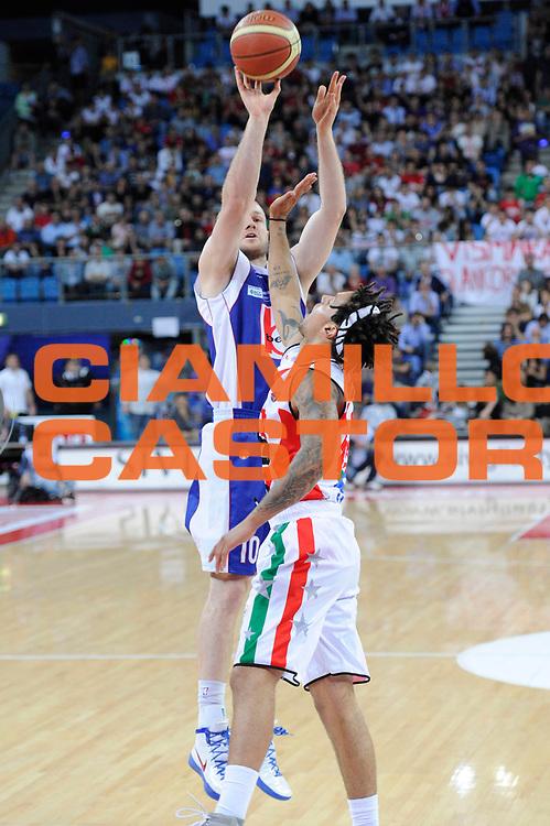 DESCRIZIONE : Pesaro Lega A 2011-12 Scavolini Siviglia Pesaro Bennet Cantu Quarti di Finale Play off gara 4<br /> GIOCATORE : Maarten Leunen<br /> CATEGORIA : tiro<br /> SQUADRA : Bennet Cantu<br /> EVENTO : Campionato Lega A 2011-2012 Quarti di Finale Play off gara 4<br /> GARA : Scavolini Siviglia Pesaro Bennet Cantu<br /> DATA : 24/05/2012<br /> SPORT : Pallacanestro <br /> AUTORE : Agenzia Ciamillo-Castoria/C.De Massis<br /> Galleria : Lega Basket A 2011-2012  <br /> Fotonotizia : Pesaro Lega A 2011-12 Scavolini Siviglia Pesaro Bennet Cantu Quarti di Finale Play off gara 4<br /> Predefinita :