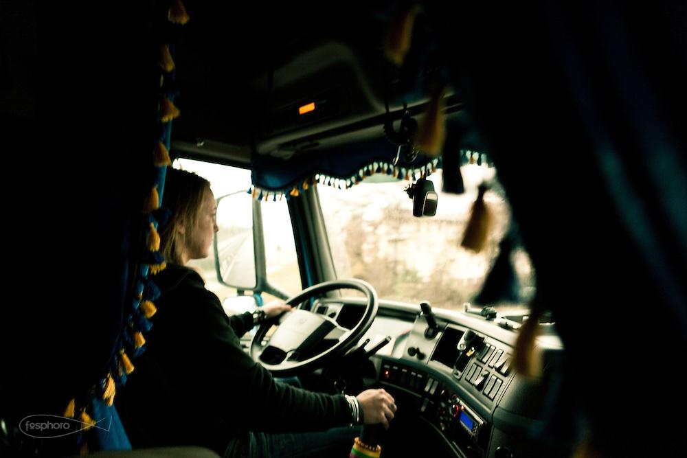 Verona - Juska (28), dal suo mezzo domina con professionaltà la strada, consapevole della responsabilità che comporta il suo lavoro.