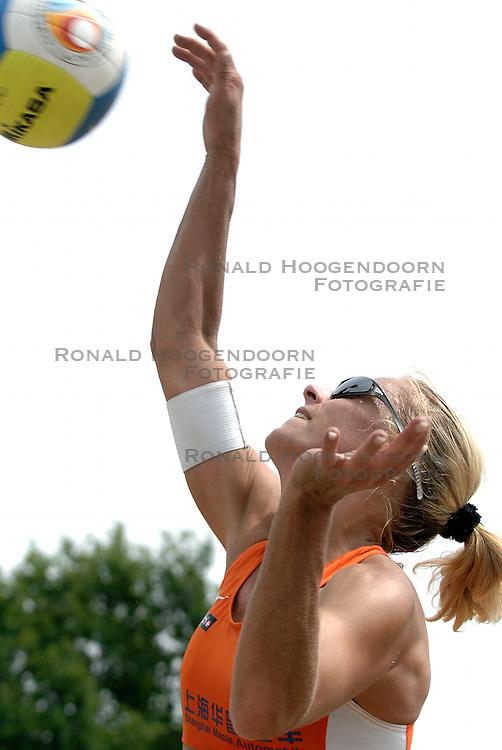 01-06-2006 VOLLEYBAL: TRAINING DAMES BEACHVOLLEYBAL TEAMS: WERKENDAM <br /> Trainingsessie op de CoppaKadijk in Werkendam / Mered de Vries<br /> &copy;2006-WWW.FOTOHOOGENDOORN.NL