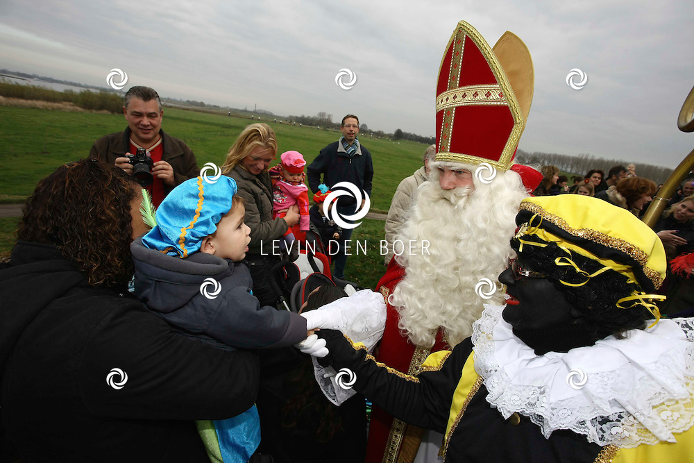 ROSSUM - Sinterklaas intocht in Rossum werd met veel kinderen gevierd. FOTO LEVIN DEN BOER / PERSFOTO.NU