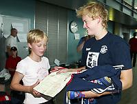 Svømming - NM i langbane Piranlegget Trondheim 6. juli 2002. Ann Kristin Aamodt fra Tromsø vant overraskende 50 meter rygg for damer. Her skriver hun autograf til Line Marie Hansen (10 1/2) rett etter seieren.<br /> <br /> Foto: Andreas Fadum, Digitalsport
