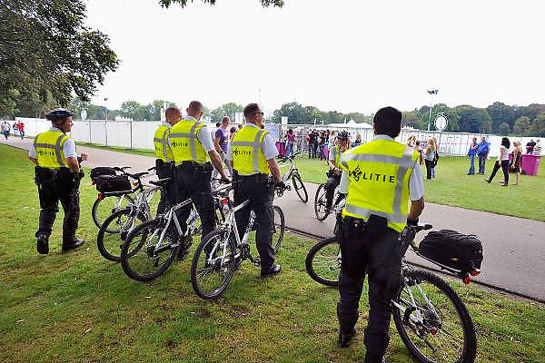Nederland, Nijmegen, 4-9-2011Politie op mountainbikes houdt toezicht op het terrein in het Goffertpark waar het dance evenement Dance at the Park gehouden wordt.Foto: Flip Franssen/Hollandse Hoogte