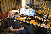 Johan Sara Jr., komponist og musiker, og joiker, Masi i Kautokeino kommune, Finnmark. Masi kalles Máze på nordsamisk. Johan Sara jr. (født 1963 i Kautokeino og oppvokst i Alta) er en samisk musiker (gitar og joik) og en sentral samisk komponist, produsent, lærer, arrangør, skuespiller og utøver av samtidsmusikk med røtter i samisk tradisjon. Han har studert klassisk gitar ved Musikkonservatoriet i Tromsø, samt musikkpedagogikk, og har undervist ved Samisk høgskole i Kautokeino. Sara jr. leder «J.S. & Group», som ga ut Ovcci vuomi ovtta veaiggis (DAT, 1995). Med ny besetning (Geir Lysne blås, Knut Aalefjær tromme, Erik Halvorsen tangent) utkom Boska (DAT, 2003), med et musikkuttrykk beskrevet som punk-joik-jazz.[2] Den neste plata heter Orvoš (2009) fra Johan Sara jr. Group.<br /> Orkesteret har en omfattende turnéliste internasjonalt. I 2010 turnerte han i Japan der han spilte for utsolgte hus i Osaka og Tokyo, hvor han skulle holde tilsammen fire konserter. Sommeren 2011 spilte han på Roskildefestivalen, der han høstet massiv applaus fra et oppløftet festivalpublikum, for sin oppjazzede joik med et band bestående av blant andre Terje Johannessen. Samme år ble også tildelt Edvardprisen 2011, fra TONO, for albumet Transmission – Rievdadus i åpen klasse, under Ultimafestivalen. Johan Sara Jr. is one of the world's best performers in one of Europe's oldest song traditions, Sami music from the Arctic, the joik. His unique combination of joik and contemporary elements provides a hypnotic and meditative sound, which has been praised both at home and abroad, and his latest album, Orvoš, has confirmed his position as a vital, fresh and genre free innovator. <br /> Johan Sara Jr. was born in Alta and grew up with reindeer herders on the vast snow-covered tundra in the arctic north. He is now settled in the Sami town of Maze. He was born into a culture where nature and the natural was everywhere, a culture where the joik had a central position and had a mothe