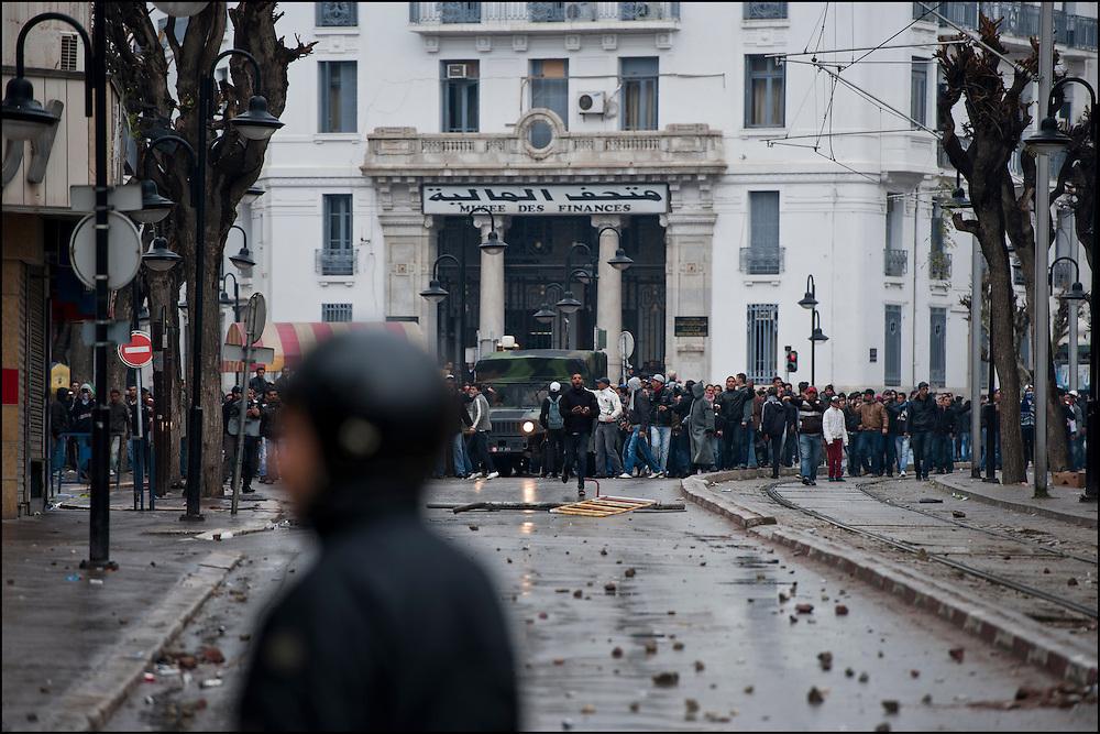Les manifestants affrontent les forces de Police à proximité de l'avenue Habib Bourguiba dans le centre de Tunis. // Des affrontements entre la police et les manifestants ont éclaté dans le centre de Tunis, notamment avenue Habib Bourguiba, faisant (selon Associated Press) 3 morts (prétendument par balle) et 12 blessés parmi les manifestants, Tunis le 26 février 2011.