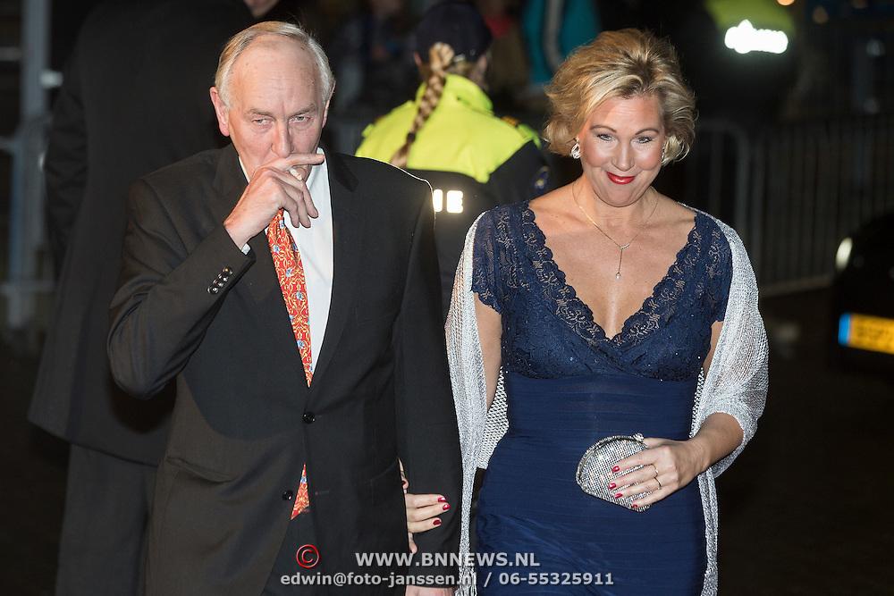 NLD/Scheveningen/20131130 - Inloop concert 200 Jaar Koningrijk der Nederlanden, Johan Remkes rokend en partner Nicolette