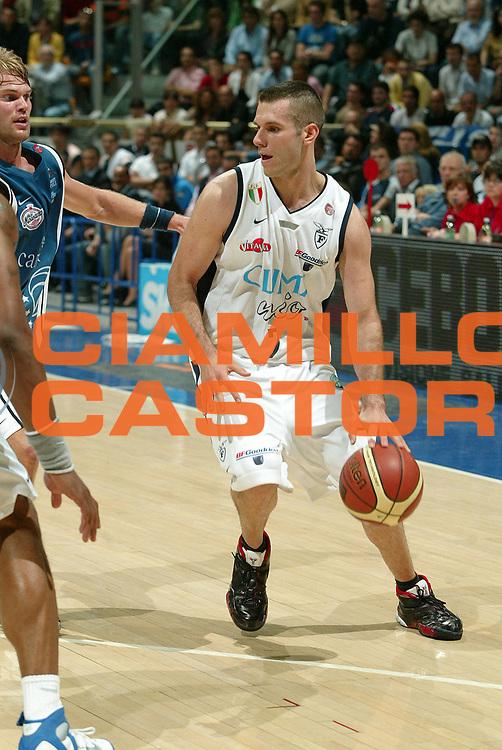 DESCRIZIONE : Bologna Lega A1 2005-06 Play Off Semifinale Gara 3 Climamio Fortitudo Bologna Carpisa Napoli <br /> GIOCATORE : Becirovic<br /> SQUADRA : Climamio Fortitudo Bologna <br /> EVENTO : Campionato Lega A1 2005-2006 Play Off Semifinale Gara 3 <br /> GARA : Climamio Fortitudo Bologna Carpisa Napoli <br /> DATA : 07/06/2006 <br /> CATEGORIA : palleggio<br /> SPORT : Pallacanestro <br /> AUTORE : Agenzia Ciamillo-Castoria/G.Livaldi