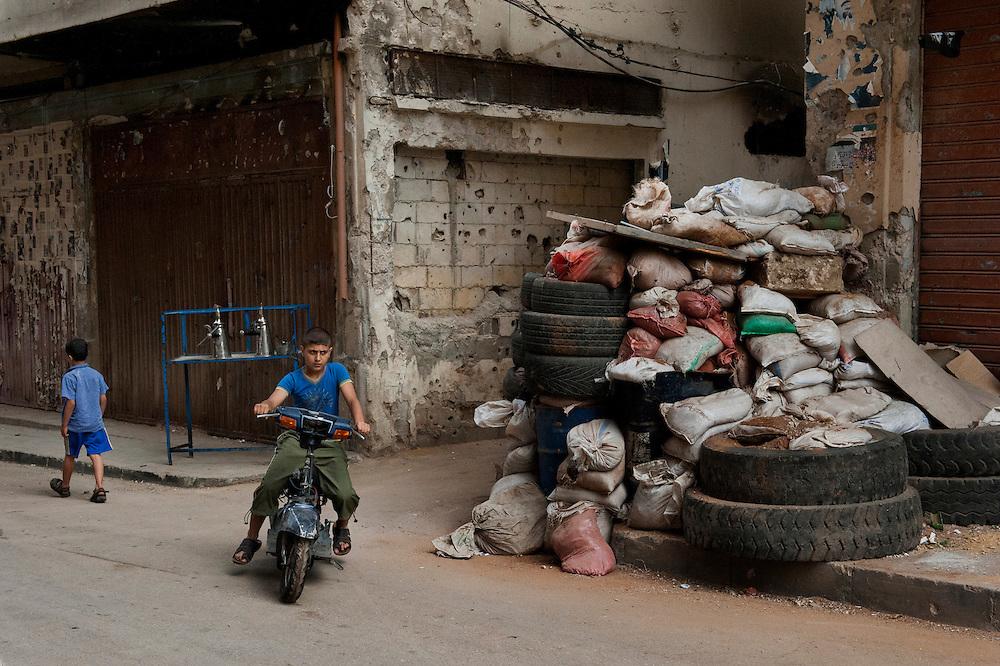 Sunni neighborhood Bab al-Tebbaneh. Sandbags and filled tires protect against Alawites snipers. Tripoli, Lebanon...Quartier sunnite Bab al-Tebbaneh. Sacs de sable et pneus remplis de remblais contrent des snipers alaouites.