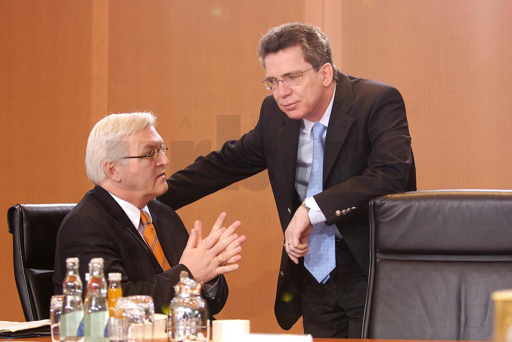 08 FEB 2006, BERLIN/GERMANY:<br /> FFrank-Walter Steinmeier (L), SPD, Bundesaussenminister, und Thomas de Maiziere (R), CDU, Kanzleramtsminister, im Gespraech, vor Beginn der Kabinettsitzung, Bundeskanzleramt<br /> IMAGE: 20060208-01-030<br /> KEYWORDS: Sitzung, Kabinett, Gespr&auml;ch, Thomas de Maizi&eacute;re