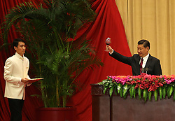 epaselect epa04424362 Chinese President Xi Jinping (R) offers a toast during the National Day reception in a banquet hall at the Great Hall of the People (GHOP) in Beijing, China, 30 September 2014. China celebrates its 65th founding anniversary on 01 October which marks the beginning of the Golden Week National Day holidays.  EPA/HOW HWEE YOUNG