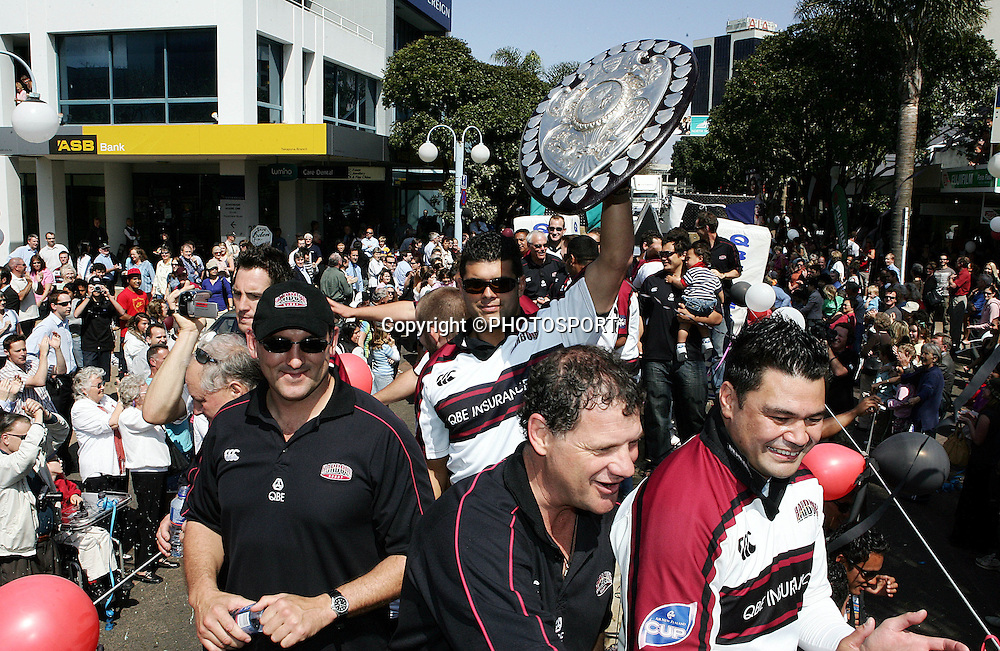 Harbour fans come out to cheer on their team during the street parade for the North Habour Air NZ Cup team who won the Ranfurly Shield last weekend, at Takapuna, Auckland, on Thursday 28 September 2006. Photo: Tim Hales/PHOTOSPORT<br />