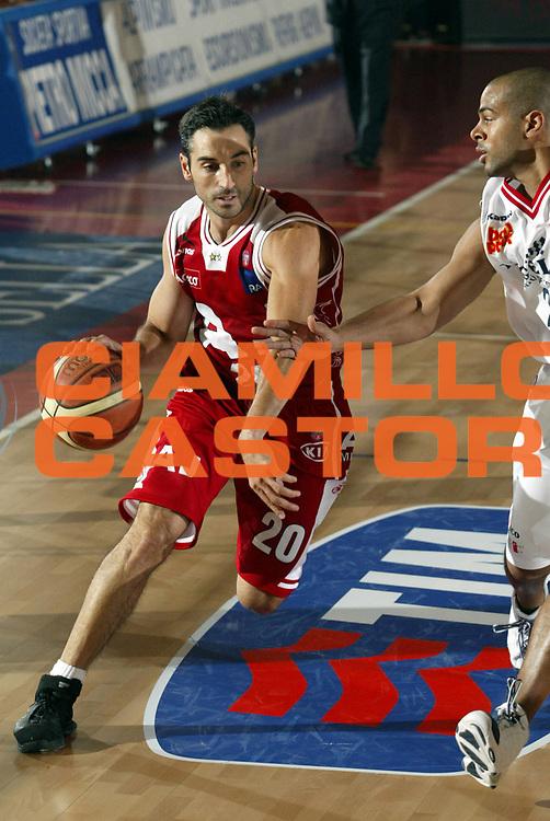 DESCRIZIONE : Biella Lega A1 2005-06 Angelico Biella Armani Jeans Milano <br />GIOCATORE : Montecchia<br />SQUADRA : Armani Jeans Milano<br />EVENTO : Campionato Lega A1 2005-2006<br />GARA : Angelico Biella Armani Jeans Milano<br />DATA : 15/01/2006<br />CATEGORIA : Palleggio<br />SPORT : Pallacanestro<br />AUTORE : Agenzia Ciamillo-Castoria/S.Ceretti<br />Galleria : Lega Basket A1 2005-2006<br />Fotonotizia : Biella Campionato Italiano Lega A1 2005-2006 Angelico Biella Armani Jeans Milano<br />Predefinita :