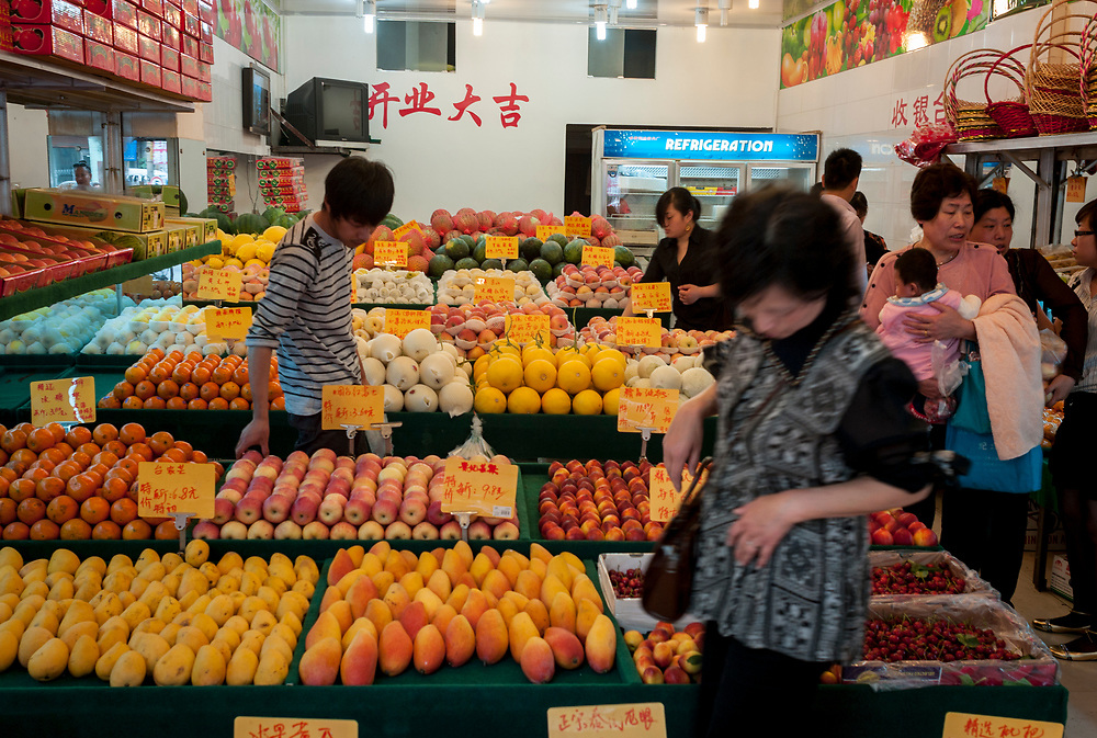 Nankin, Chine. Centre ville. Un magasin vend exclusivement des fruits.<br /> <br /> Nanjing, China. City center. A Fruit shop.
