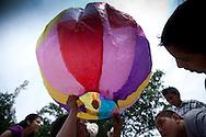 Jovenes preparan globos en el festival del maiz  Domingo Agosto 14, 2011 en Sesori, San Miguel, El Salvador durante el festival del Maiz. Los Salvadorenos celebran esta fiesta por las buenas cosechas del principal producto de la dieta alimenticia. Photo: Edgar ROMERO/Imagenes Libres