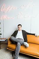 Die Venture Capital Firma Target Global hat Dependancen in London, SF, Tel Aviv, Moskau und Berlin. Das Office in Berlin liegt am Schinklelplatz. Shmuel Chafets, General Partner bei Target Global reist mit leichtem Gepäck. In Berlin hat er nicht mal einen Schreibtisch. Die meiste Zeit verbringt er in Meetings oder an seinem Telefon.