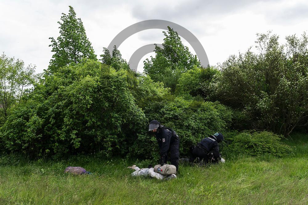 Polizisten nehmen am 14.05.2016 bei Spremberg, Deutschland nach dem Sturm auf das Braunkohlekraftwerk Schwarze Pumpe Aktivisten fest. Mehrere Hundert Aktivisten haben das Braunkohlekraftwerk Schwarze Pumpe gest&uuml;rmt und den Betrieb gest&ouml;rt. Ca 60 Aktivsten wurden von der Polizei Festgenommen. Foto: Markus Heine / heineimaging<br /> <br /> ------------------------------<br /> <br /> Ver&ouml;ffentlichung nur mit Fotografennennung, sowie gegen Honorar und Belegexemplar.<br /> <br /> Bankverbindung:<br /> IBAN: DE65660908000004437497<br /> BIC CODE: GENODE61BBB<br /> Badische Beamten Bank Karlsruhe<br /> <br /> USt-IdNr: DE291853306<br /> <br /> Please note:<br /> All rights reserved! Don't publish without copyright!<br /> <br /> Stand: 05.2016<br /> <br /> ------------------------------ am 14.05.2016 bei Spremberg, Deutschland. Mehrere Hundert Aktivisten haben das Braunkohlekraftwerk Schwarze Pumpe gest&uuml;rmt und den Betrieb gest&ouml;rt. Ca 60 Aktivsten wurden von der Polizei Festgenommen. Foto: Markus Heine / heineimaging<br /> <br /> ------------------------------<br /> <br /> Ver&ouml;ffentlichung nur mit Fotografennennung, sowie gegen Honorar und Belegexemplar.<br /> <br /> Bankverbindung:<br /> IBAN: DE65660908000004437497<br /> BIC CODE: GENODE61BBB<br /> Badische Beamten Bank Karlsruhe<br /> <br /> USt-IdNr: DE291853306<br /> <br /> Please note:<br /> All rights reserved! Don't publish without copyright!<br /> <br /> Stand: 05.2016<br /> <br /> ------------------------------