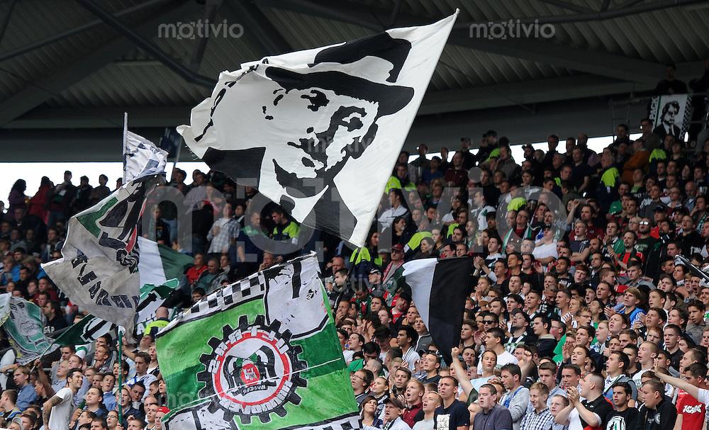FUSSBALL   1. BUNDESLIGA   SAISON 2012/2013   3. SPIELTAG Hannover 96 - SV Werder Bremen     15.09.2012 Fans von Hannover 96 schwenken eine Fahne mit dem Portrait des Serienmoerders Fritz Haarmann.