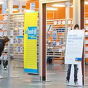 Nederland Rotterdam 26-03-2009 20090326 Foto: David Rozing ..Serie UWV, allochtone vrouw bekijkt vacatures. UWV Werkbedrijf lokatie Schiekade centrum Rotterdam, de vroegere arbeidsbureaus ( CWI UWV ) De werkloosheid in Nederland begint op te lopen. Dat blijkt uit de jongste cijfers die het Centraal Bureau voor de Statistiek (CBS) de oorzaak is de krediet crisis Holland, The Netherlands, dutch, Pays Bas, Europe,  , allochtoon, allochtone, vrouw, meid, jonge, jonge,  allochtonen, , economische, financien, financiele, krimp, krimpen, nederlandse, economy ..Foto: David Rozing/