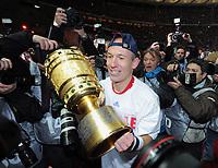 Fotball<br /> Tyskland<br /> 15.05.2010<br /> Foto: Witters/Digitalsport<br /> NORWAY ONLY<br /> <br /> Arjen Robben mit Pokal, Bayern Pokalsieger 2010<br /> <br /> DFB-Pokal Finale Werder Bremen - FC Bayern München 0:4