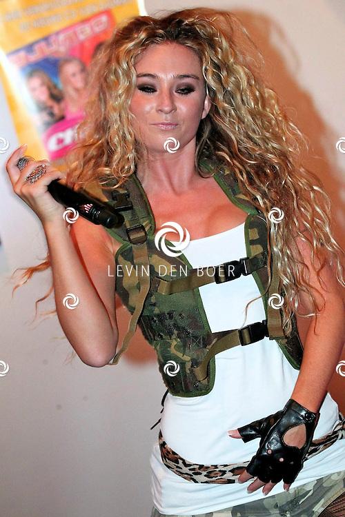 NIJMEGEN - Vrijdag de 13e heeft de populaire meidengroep Djumbo haar vierde album getiteld 'Chase' gelanceert. Het album bevat 14 vrolijke hits zoals we ze gewend zijn van de meiden; half Nederlands, half Engels en met een hoog meezing- en swinggehalte. Met op de foto Lotte Prijs. FOTO LEVIN DEN BOER - PERSFOTO.NU