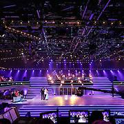 NLD/Hilversum/20120916 - 4de live uitzending AVRO Strictly Come Dancing 2012, Reinout Oerlemans luistert samen met Mark van Eeuwen en danspartner Jessica Maybury naar het jurycommentaar