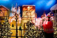 """3 Dicembre 2008. New York, NY. Un'impiegata del negozio Macy's aspetta dei clienti all'ottavo piano, adibito nel periodo natalizio con scenografie di """"Santaland"""" (Il paese di Babbo Natale). Ogni anno le strade e i negozi di New York City sfoggiano decorazioni natalizie che attraggono turisti da tutto il mondo.<br /> ©2008 Gianni Cipriano per Io Donna / Corriere della Sera<br /> cell. +1 646 465 2168 (USA)<br /> cell. +1 328 567 7923 (Italy)<br /> gianni@giannicipriano.com<br /> www.giannicipriano.com"""