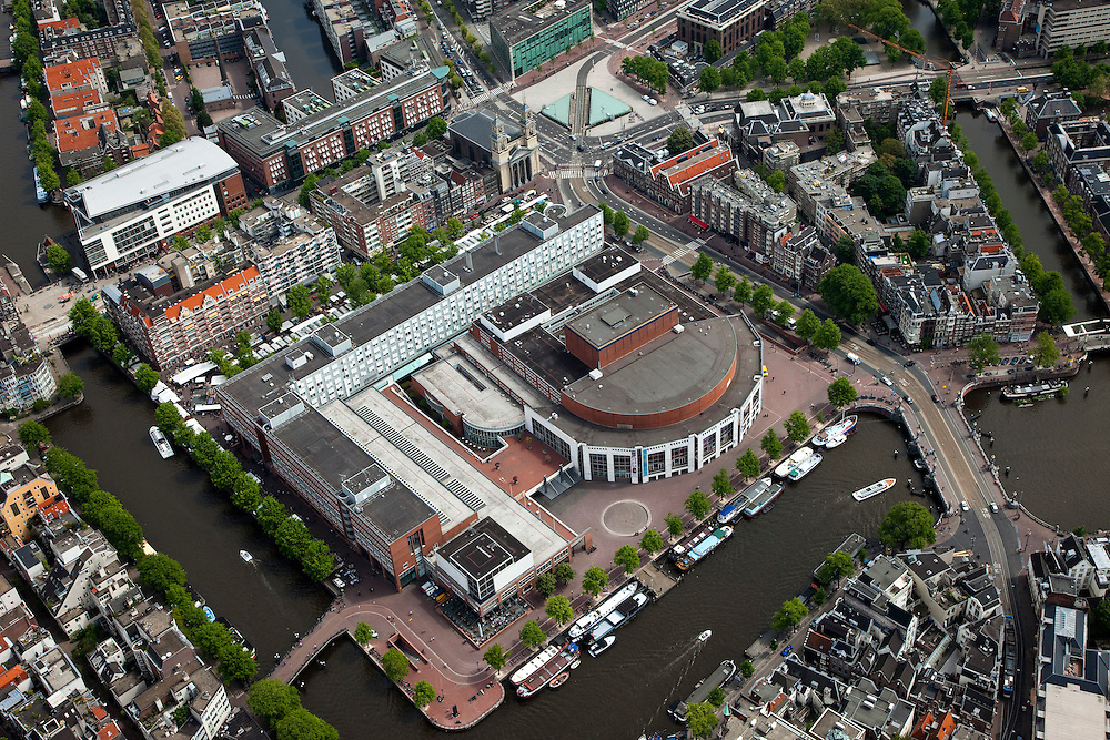 Nederland, Amsterdam, Centrum, 25-05-2010. Binnenstad met aan de Amstel de Stopera en aan dhet Waterlooplein. Op het twede plan Jodenbreestraat en Mr. Visserplein..Overview with city hall and opera theater..luchtfoto (toeslag), aerial photo (additional fee required).foto/photo Siebe Swart