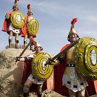 LIQIAN : Provinzler  aus der Umgebung von Yongchang, die als Roemer verkleidet sind,  posieren vor dem Roemischen Dorf
