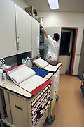 Nederland, Nijmegen, 20-5-2009Verpleegkundige maakt de medicijnen, geneesmiddelen klaar tijdens de nachtdienst. Afdelingsapotheek,personeelstekort, kwaliteit, slaapritme, kosten zorgFoto: Flip Franssen