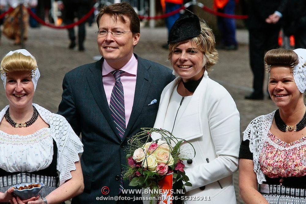 NLD/Middelburg/20100430 -  Koninginnedag 2010, Laurentien en partner Constantijn met dames in Zeeuwse klederdracht