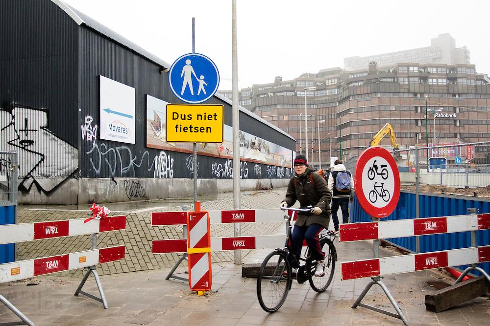 In Utrecht rijdt een fietser langs afzettingen die moeten verhinderen dat er gefietst wordt. De fietser rijdt over een voetpad.<br /> <br /> In Utrecht, a cyclist rides along deposits that should prevent cycling. The cyclist is riding on a sidewalk.