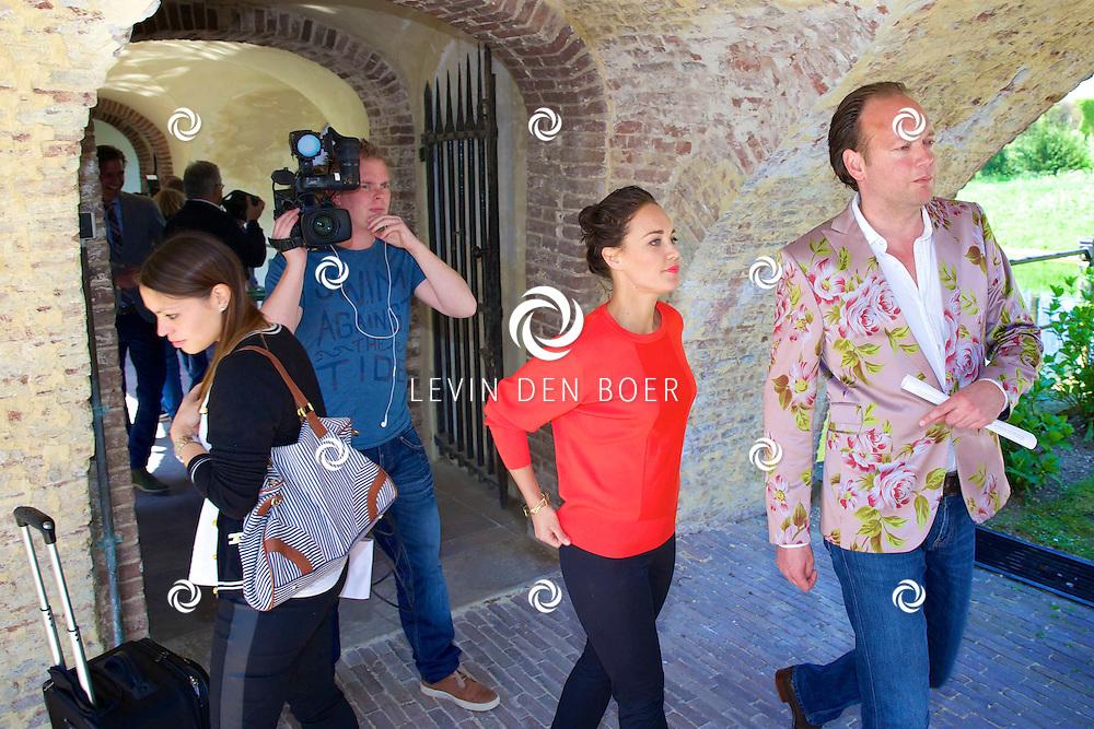 AMERONGEN - Op het landgoed van Kasteel Amerongen is de cast van de 'The Sound of Music' bekend gemaakt. Met hier op de foto cameraman Marcel de Jong, Anouk Maas en Marco de Koning van Royal Promotions. FOTO LEVIN DEN BOER - PERSFOTO.NU