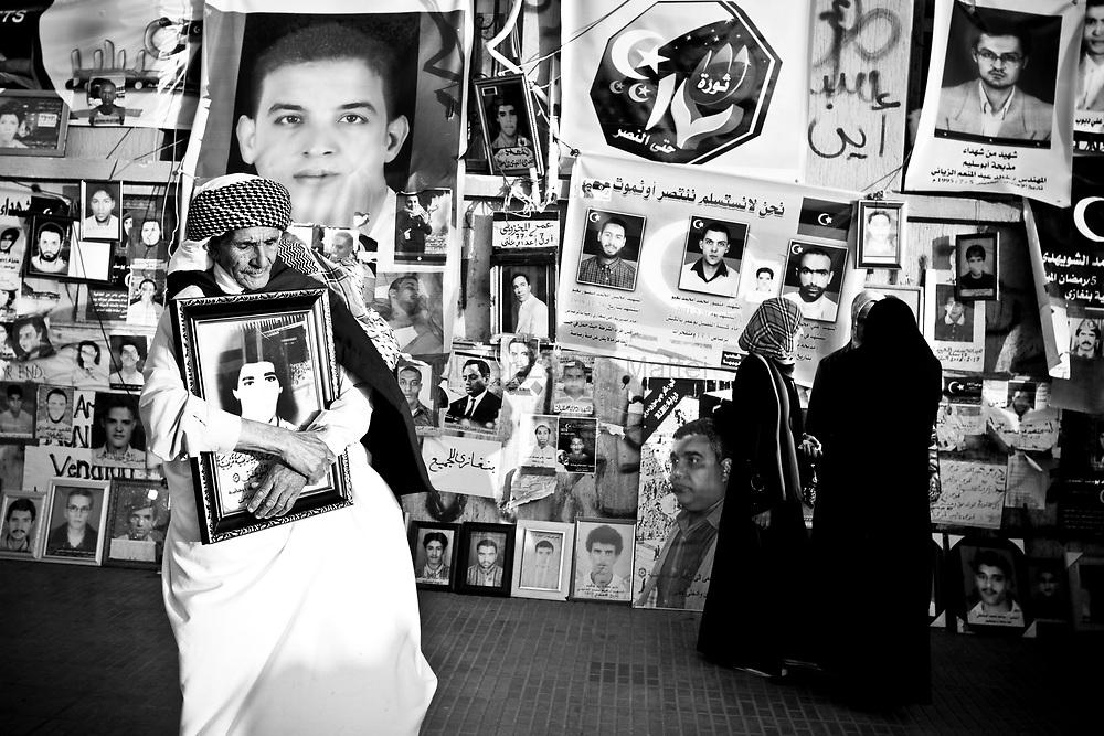 Des habitants de Benghasi manifestent le 21 mars 2011 devant des portraits d'opposants tués par le régime.